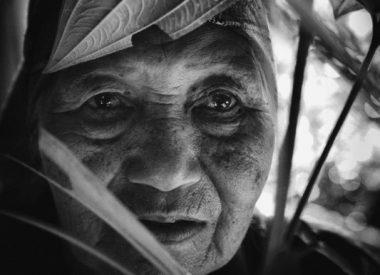 Akhas, peuple en sursis, vieille dame